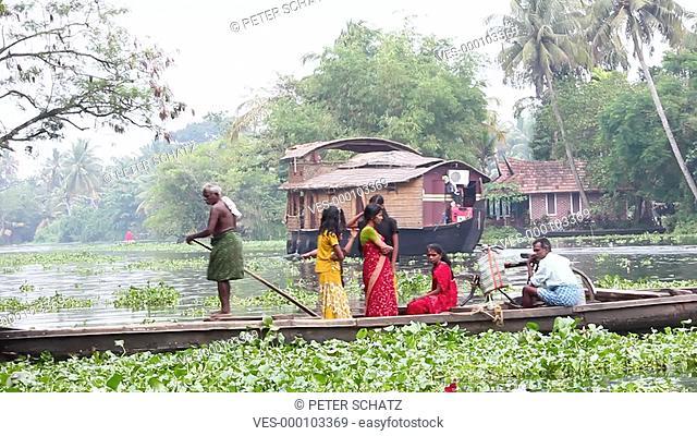 Alappuzha, Kerala,Südindien, Indien: Junge Inderinnen in bunten Saris lassen sich auf einem Taxi Boot auf den Backwaters Kanälen fahren
