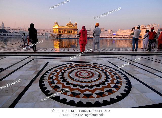 Pilgrims, golden temple, amritsar, punjab, india, asia