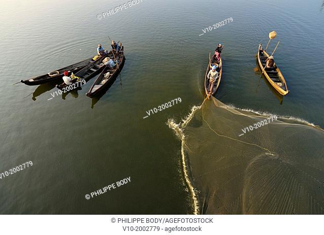 Burma, Myanmar, Amarapura, U Bein, lake Taungthman and cast net fishing
