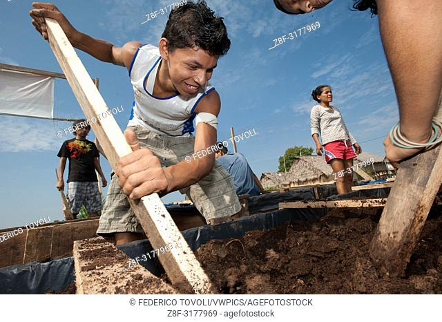 """Children of Belen's working on """"""""balsita"""""""" garden, it's a project of Restinga association for to build familiar floating garden in the aim to contrast the..."""