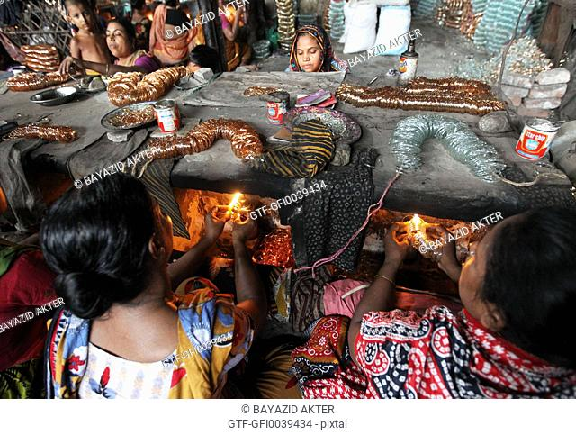 Women are working without safety materials at a Bangladeshi bangles factory in L