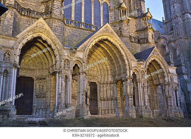 portail royal de la facade Ouest de la Cathedrale Notre-Dame de Chartres, Eure et Loir, region Centre, France, Europe/Royal portal of West facade of the...
