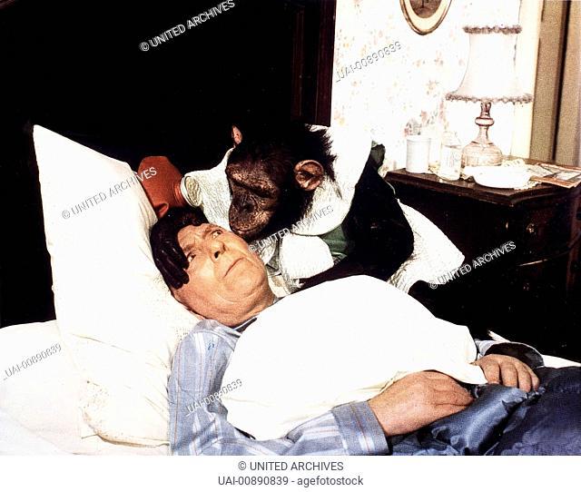 WIR HAU'N DIE PAUKER IN DIE PFANNE- Direktor Taft (THEO LINGEN) traut seinen Augen nicht: Was hat der Affe nur in seinem Bett zu suchen? Regie: Harald Reinl /...