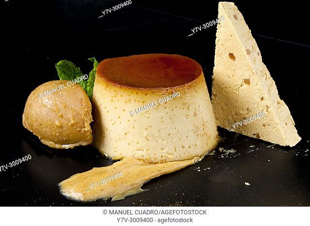 Postre de flan con bola de helado / Custard dessert with ice cream ball