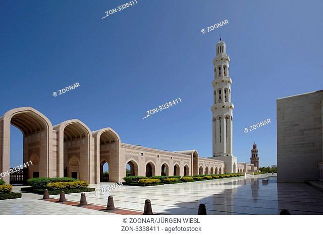 Minarett und Säulengang in der großen Sultan Qabus Moschee, Grand Mosque, Muskat, Oman - Minaret and portico in the Great Sultan Qaboos Mosque, Grand Mosque