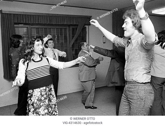 Seventies, black and white photo, people, minorities, guest-workers in Germany, Greeks, dance event, man, aged 25 to 35 years, woman, aged 25 to 35 years