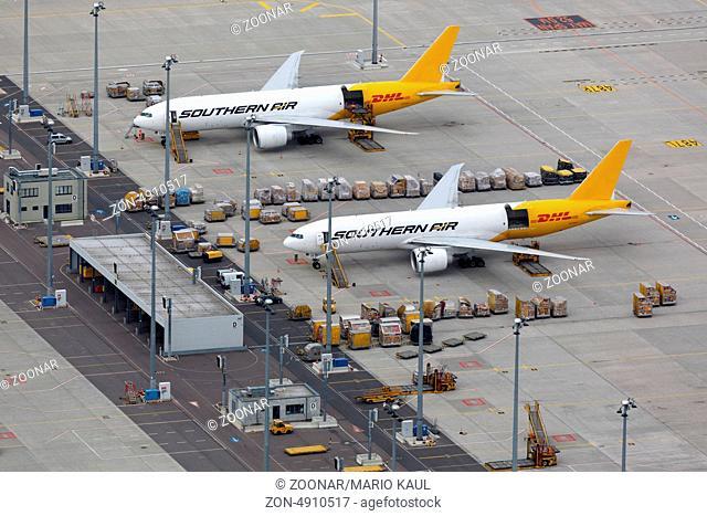 Mehrere Frachtflugzeuge stehen am DHL Hub am Flughafen Leipzig - Halle