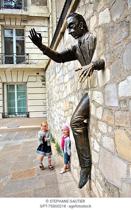 STATUE ON THE PLACE MARCEL-AYME IN MONTMARTRE, PARIS, 75, ILE DE FRANCE, FRANCE