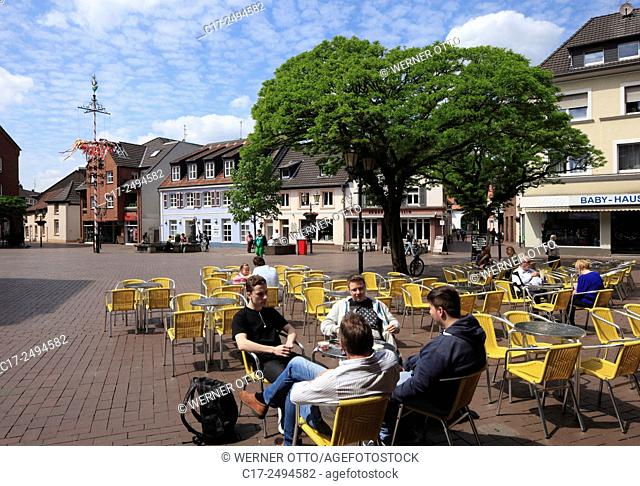Germany, Dinslaken, Lower Rhine, Ruhr area, Rhineland, North Rhine-Westphalia, NRW, Altmarkt, market place, residential buildings, people in a sidewalk cafe