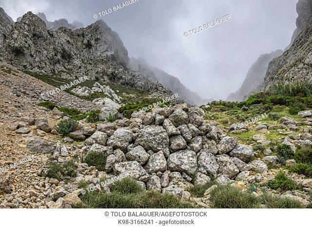 restos de casa de nieve, Coma Fosca, Escorca, Paraje natural de la Serra de Tramuntana, Mallorca, balearic islands, Spain