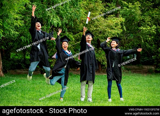 The excitement of college students in the bachelor's clothing to celebrate the graduation