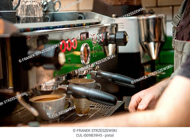 Cropped shot of barista preparing coffee in cafe