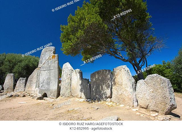 Giants Tomb of Le Lolghi (1800 - 1200 BC) Arzachena. Olbia Tempio Province. Sardinia. Sardegna. Italy / Tumba de gigantes de Le Lolghi (1800 - 1200 a