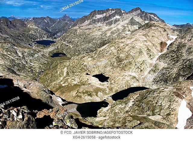 """Ascensión al Pico de la Gran Facha â. """" Lagos de Faxa, Campo Plano y Respomuso - Al fondo, picos Midi d'Ossau, Balaitús y Frondella - Circo de Piedrafita -..."""