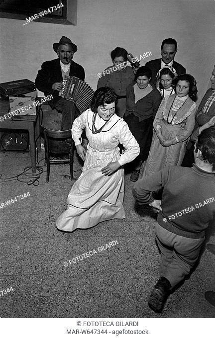 UMBRIA Ballo in osteria con suonatore di organetto. Parte del servizio fotografico a documentazione dell'indagine di antropologia musicale svolta da Diego...