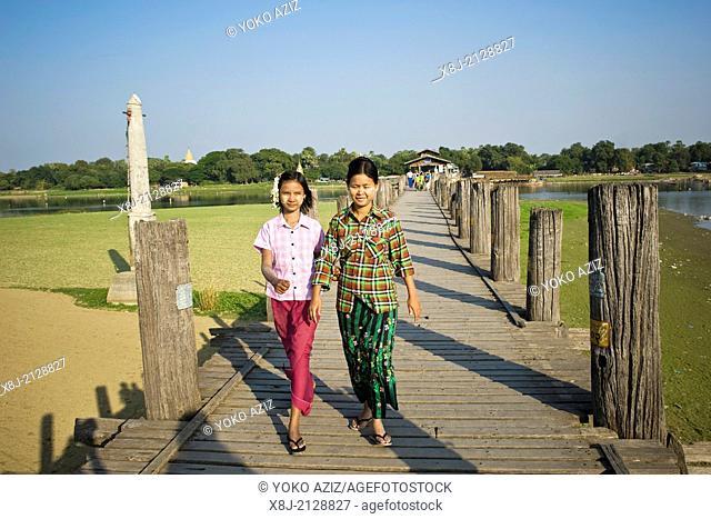 Myanmar, Amarapura, girl