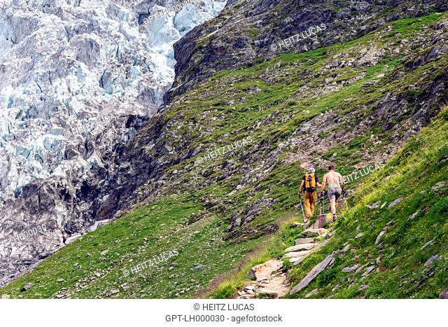 HIKERS IN SUMMER NEAR THE GLACIER AND REFUGE OF TRE-LA-TETE, DOMES DE MIAGE, REFUGE DES CONSCRITS, CHAMONIX-MONT-BLANC, SAINT-GERVAIS, UPPER SAVOY