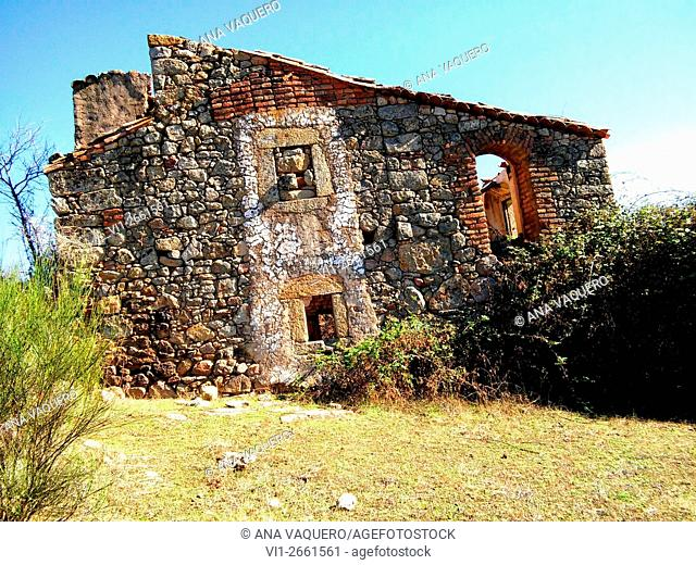 Abandoned country house in ruins. El Cañuelo, near Escurial, Caceres province, Spain