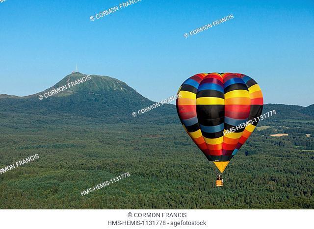 France, Puy de Dome, Parc Naturel Regional des Volcans d'Auvergne (Natural regional park of Volcan d'Auvergne), hot air balloon