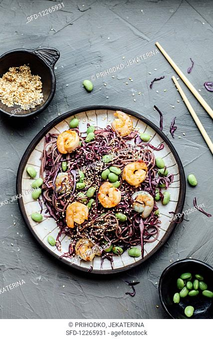 Noodles with red cabbage, prawns, edamame and sesame (Asia)