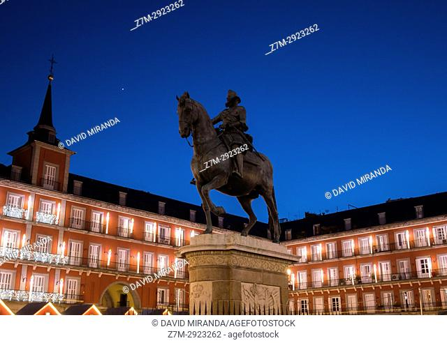 Equestrian monument of Felipe III. Plaza Mayor in Christmas. Madrid, Spain