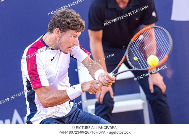 23 July 2018, Germany, Hamburg: Tennis ATP Tour German Open, men's singles in the Tennis Stadium am Rothenbaum. Mayer (Germany) vs Busta (Spain)