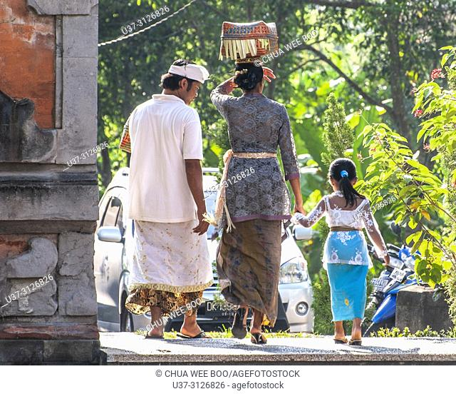 Goa Gajah The Elephant Cave (Bali, Indonesia): women in traditional dress, carrying a basket with offerings on their heads