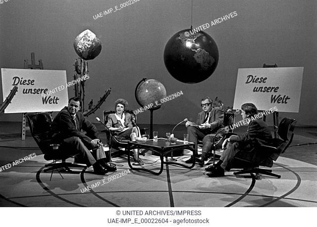 """Sketchserie """"""""Fast wia im richtigen Leben"""""""", Deutschland 1987, Mitwirkende: (v. l.) Gerhard Polt, Gisela Schneeberger, Hans Günther Martens, Michael Wachsmann"""