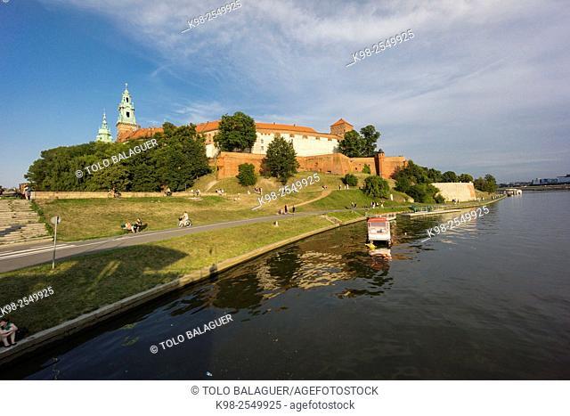barcazas en el rio Vistula, castillo y colina de Wawel, Kraków, Lesser Poland Voivodeship, Poland, Eastern Europe