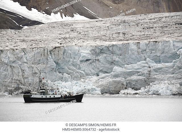 Norway, Svalbard, Spitzberg island, Ymer bay (Ymerbukta), tourist boat in front of the Esmark glacier
