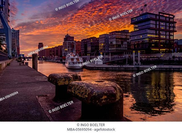 Germany, Hamburg, HafenCity, 'Magellan-Terrassen', 'sandtorkai', 'sandtorhafen' (harbour)