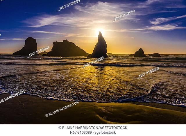 Wizards Hat and other sea stacks at Bandon Beach, Oregon USA