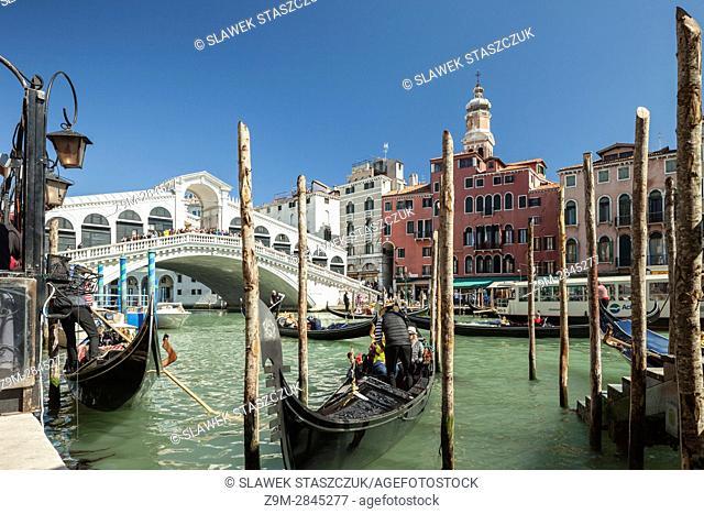 Rialto Bridge across Grand Canal, connecting the sestieri of San Polo and San Marco, Venice, Italy
