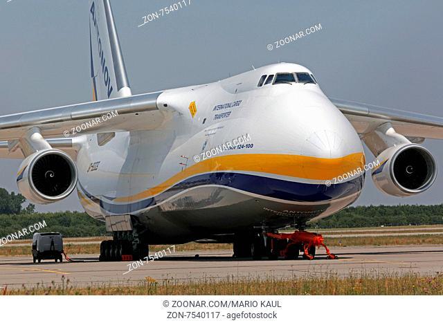 Ein Frachtflugzeug vom Typ Antonov AN 124 - 100 der ukrainischen Fluggesellschaft Antonov Airlines ( Antonov Design Bureau ) steht am 05.07
