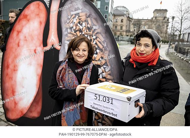 29 January 2019, Berlin: Marlene Mortler (CSU, l), federal drugs commissioner, receives a petition from Anne Isakowitsch, campaign leader at SumOfUs