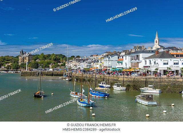 France, Loire Atlantique, Pornic, the fishing harbour and the 13th and 14th centuries castle in the background