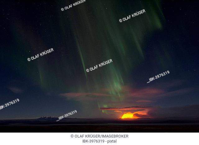 Northern lights and night-time glow of the Holuhraun fissure eruption north of the volcano Bárðarbunga, Suður-Þingeyjarsýsla, Highlands of Iceland