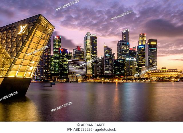 Singapore . The skyline of Singapore across Marina Bay at night