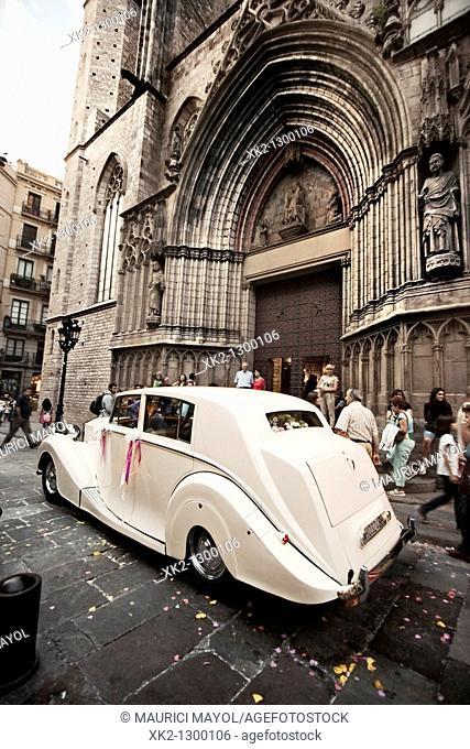 clasico coche de boda aparcado delante de la fachada de Santa Maria del Mar, Barcelona, Catalunya, Spain