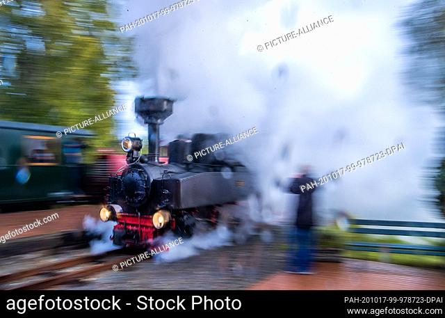 17 October 2020, Mecklenburg-Western Pomerania, Klütz: In the rain and with a lot of steam the 102 year old brigade locomotive drives through the station (shot...