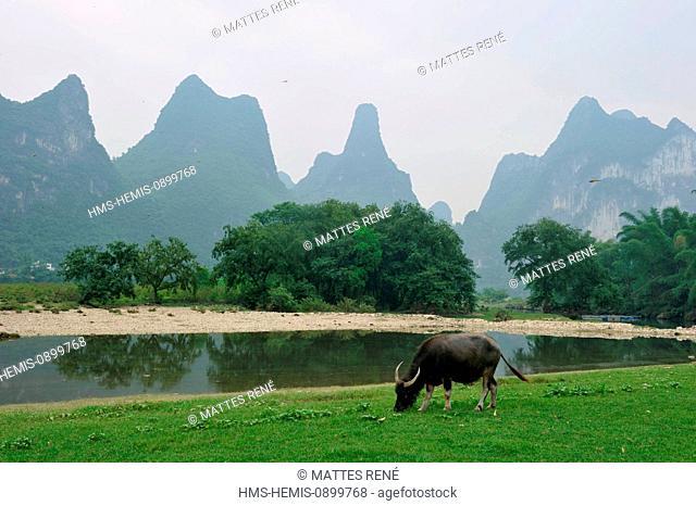 China, Guangxi province, Guilin region, Karst mountain landscape and Li River around Yangshuo