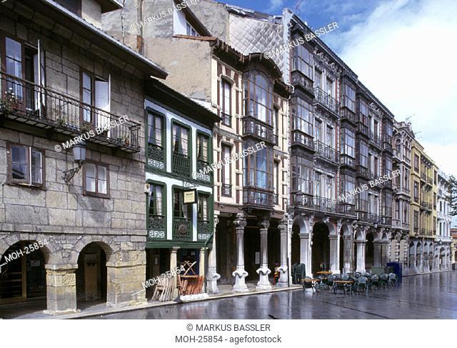 Aviles/ Arkadenhäuser der Calle Galiana in der Altstadt