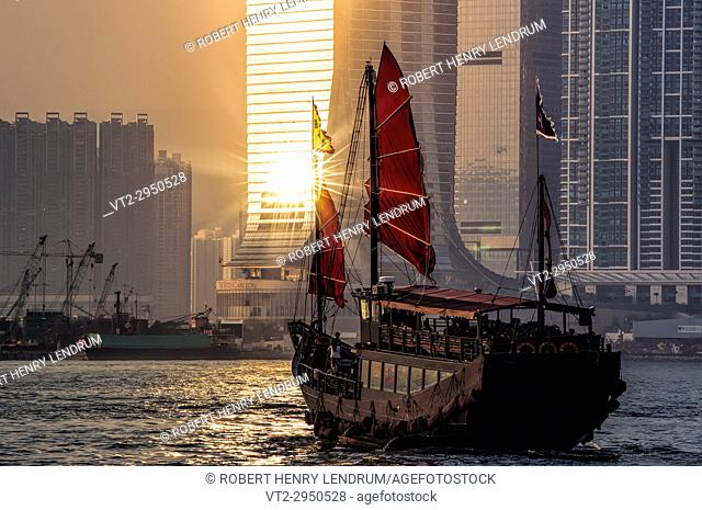 Traditional Chinese junk, Victoria harbor, Hong Kong, China
