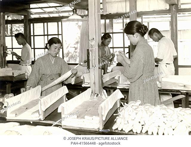 Raw silk is prepared for shipping. Pictured in the early 1920th. - /Japan