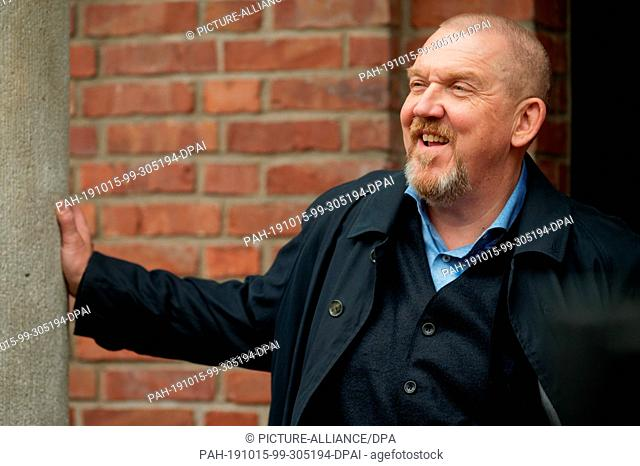 """15 October 2019, North Rhine-Westphalia, Cologne: The actor Dietmar Bär is on set at a photo shoot at the """"""""Tatort - Gefangen"""""""""""