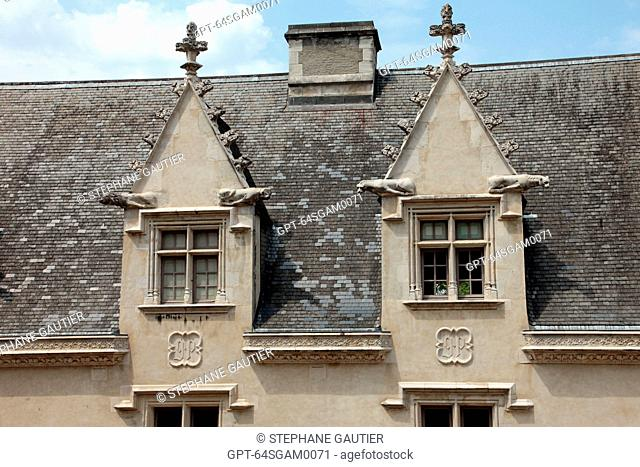 MULLIONED WINDOWS ON THE FACADE OF THE NORTH WING, THE CHATEAU OF PAU WHERE HENRI IV KING OF FRANCE AND NAVARRE WAS BORN IN 1553
