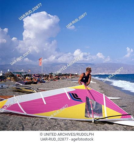 Eine Surfschule am Strand von Roquetas de Mar, Andalusien, Spanien 1980er Jahre. A surfing school at the beach of Roquetas de Mar, Andalusia, Spain 1980s