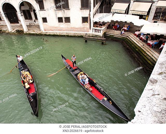 Gondola gondolier, tourist, from Rialto Bridge, Italian: Ponte di Rialto, Grand Canal, sestiere or quarter of San Polo, Venice, Veneto, Italy, Europe