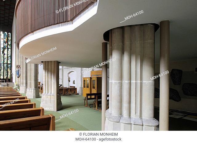 Unzerstörtes Seitenschiff mit Orgelempore, historischer Pfeiler und moderne Stahlstützen