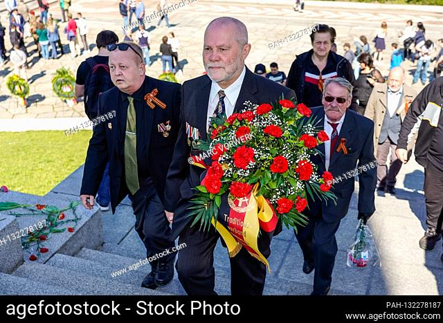 09.05.2020, Berlin, wreath-laying ceremony of the Traditionsverband Nationale Volksarmee eV soldiers for peace. At the Soviet War Memorial in Treptower Park...